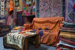 Alfombras turcas en tienda Imágenes de archivo libres de regalías
