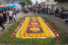 Alfombre做了菜和草队伍的圣Bartolome de Becerra在安提瓜岛,危地马拉 免版税库存照片