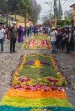 Alfombre blomma mattar i rad på de lappade gatorna 1a Avenida för processionen San Bartolome de Becerra, Antigua Royaltyfria Bilder