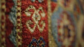 Alfombre los modelos hechos de las lanas de las ovejas, venta de mantas en el mercado armenio, secuencia metrajes