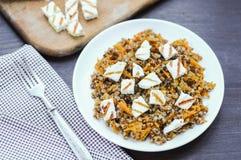 Alforfón con la zanahoria y el queso tajado del adygei Imagen de archivo