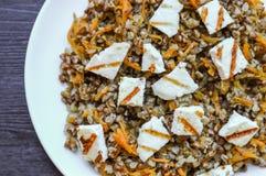 Alforfón con la zanahoria y el queso tajado del adygei Fotos de archivo libres de regalías