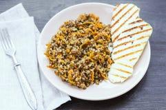 Alforfón con la zanahoria y las rebanadas de queso frito Imágenes de archivo libres de regalías