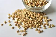 Alforfón - grano Gluten-libre en el fondo blanco Foto de archivo