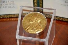 Alfred Nobel op de Nobelprijsmedaille royalty-vrije stock afbeeldingen
