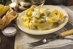 Alfredo Pasta Plate com queijo e Basil Sauce imagens de stock royalty free