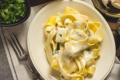 Alfredo Pasta Plate mit Käse und Basil Sauce Lizenzfreies Stockfoto