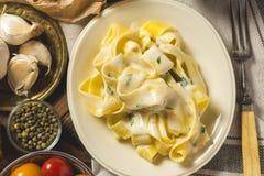 Alfredo Pasta Plate mit Käse und Basil Sauce Lizenzfreie Stockfotografie