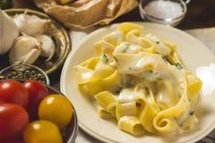 Alfredo Pasta Plate mit Käse und Basil Sauce Stockfotografie
