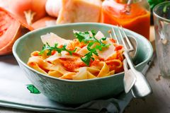 Alfredo-Pasta-Sauce mit Moschuskürbis, Knoblauch und Parmesankäse Selektiver Fokus lizenzfreies stockbild