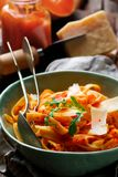 Alfredo-Pasta-Sauce mit Moschuskürbis, Knoblauch und Parmesankäse Selektiver Fokus stockbilder