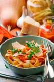 Alfredo pastasås med butternutsquash, vitlök och parmesan Selektivt fokusera royaltyfri foto