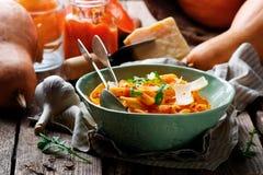Alfredo pastasås med butternutsquash, vitlök och parmesan Selektivt fokusera arkivbild