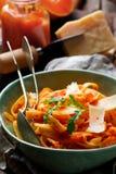 Alfredo pastasås med butternutsquash, vitlök och parmesan Selektivt fokusera arkivbilder