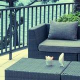 Alfreskocafé mit Rattanmöbeln auf der Terrasse Stockbild