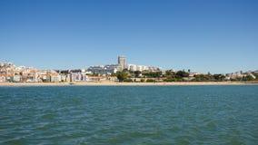 Algés by och strand, Oeiras, Portugal, förorter av Lissabon Royaltyfri Foto