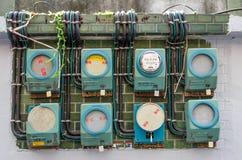 Algún edificio viejo en todavía Taiwán usando los metros análogos de esta electricidad del vintage Foto de archivo libre de regalías
