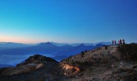 Algún fotógrafo en montañas Imagenes de archivo