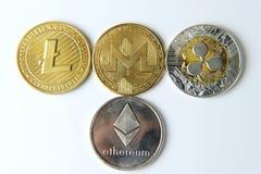 Algún tipo de un cryptocurrency en el fondo blanco Litecoin, Monero, Bitcoin Plata y de oro fotos de archivo