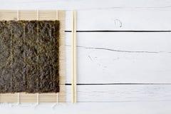 Alga, hashis e makisu secados Foto de Stock Royalty Free