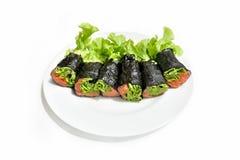 Alga marina y rollo hidropónico de la ensalada con los salmones imagenes de archivo