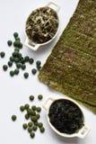 Alga secada: nori, wakame, alga, spirulina, chlorella Superfood Alimento saudável imagens de stock