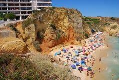 algarve名言海滩峭壁海岸夫人 免版税库存图片