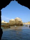 algarve峭壁五颜六色的岩石 库存照片