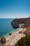 algarve海岸葡萄牙 海滩和大海的人们 免版税库存照片