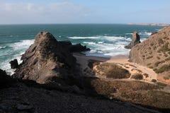 algarve海滩海岸视图 免版税库存照片