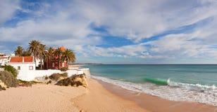 algarve arma beach de o p葡萄牙镭 免版税库存照片