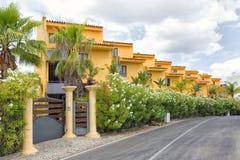 Algarve flerfamiljshus Arkivfoto