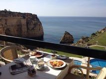 Algarve-Frühstück mit einer Ansicht Lizenzfreie Stockfotografie