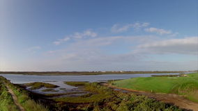 Algarve golfbanalandskap på Ria Formosa portugal (Pan Timelapse) stock video