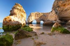 Algarve gränsmärke vid kustlinjen Royaltyfria Bilder