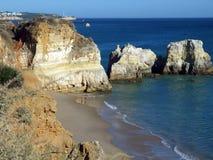 algarve klippor färgrika portugal Arkivfoton