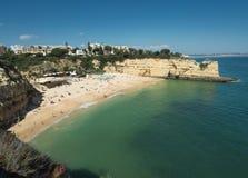 Algarve kust nära staden Armação de Pêra Arkivfoton