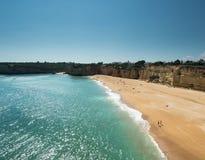 Algarve kust nära staden Armação de Pêra Royaltyfri Bild