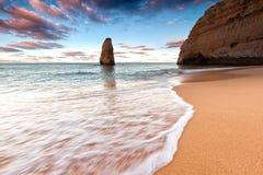 Algarve kustlijn bij zonsondergang Stock Foto