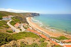 Algarve: Panoramautsikt till Praia da Arrifana - strand och by nära Aljezur, Portugal Arkivfoto