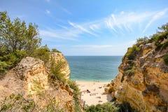 Algarve Portugal: Enorme Felsen an der Klippe setzen Praia DA Marinha, reizender versteckter Strand nahe Lagoa auf den Strand Stockfotos