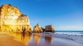 Algarve, Portugalia, oszałamiająco denny oceanu krajobraz z koloru żółtego ro Zdjęcia Royalty Free