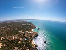 Algarve, Portugalia widok z lotu ptaka na pla?y i wybrze?u Atlantycki ocean Hotele dziel? na falezach w Praia De Falesia Albufeir obrazy stock