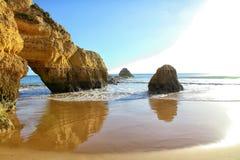Algarve seglar utmed kusten och sätter på land Arkivfoto