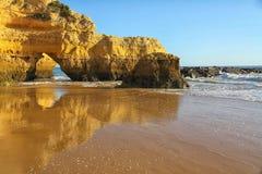Algarve seglar utmed kusten och sätter på land Arkivbild