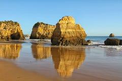 Algarve seglar utmed kusten och sätter på land Arkivfoton