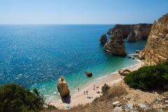 Algarve strand på en solig dag Arkivfoto