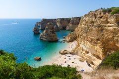 Algarve strand på en solig dag Royaltyfri Fotografi