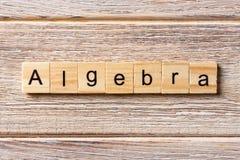 Algebrawort geschrieben auf hölzernen Block Algebratext auf Tabelle, Konzept Lizenzfreies Stockbild