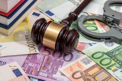 Algemas com o martelo do juiz e do euro Imagens de Stock